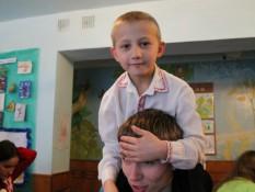 Один з організаторів забавляється з вихованцем дитячого будинку